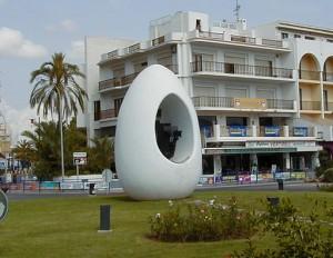 Den här ägg-statyn får sin förklaring snart. Foto: Flups CC-BY-SA-3.0